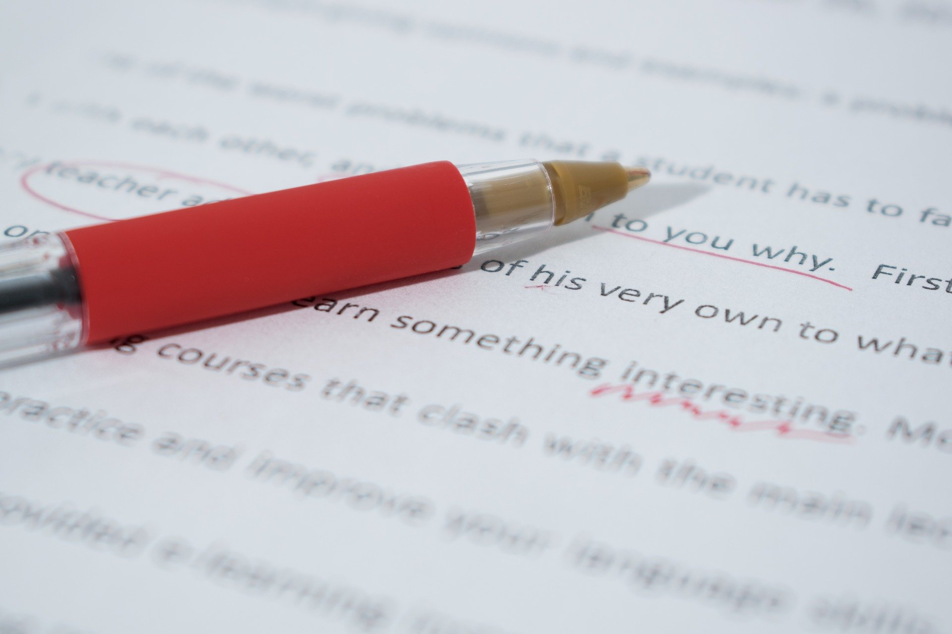 Wat is actief schrijven? Ontdek hoe het tekst leesbaarder en persoonlijker maakt.